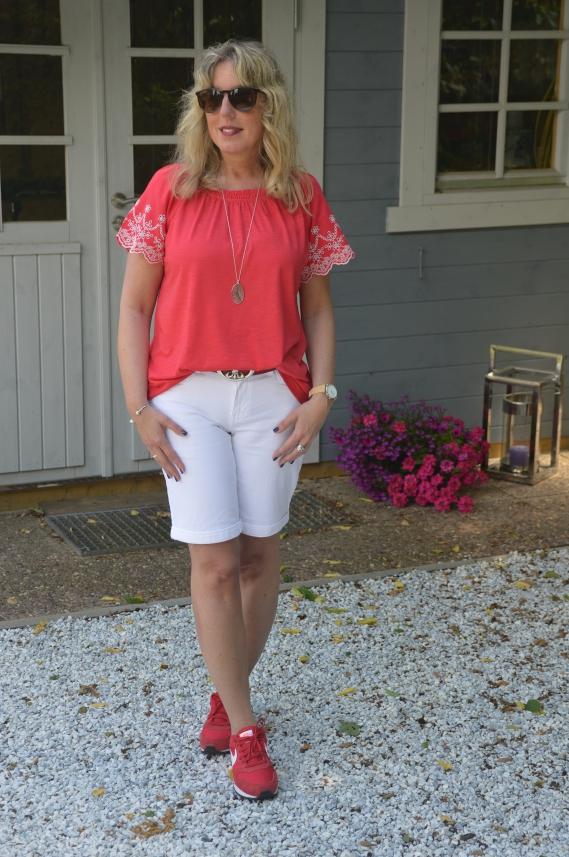 Shirt mit Lochstickerei in meiner Lieblingsfarbe Rot