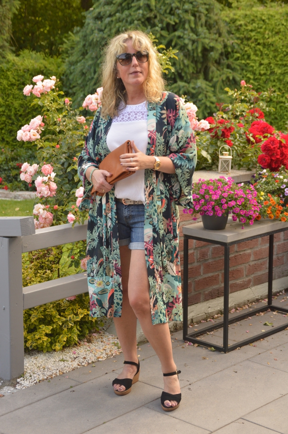 Kimono zur Shorts getragen