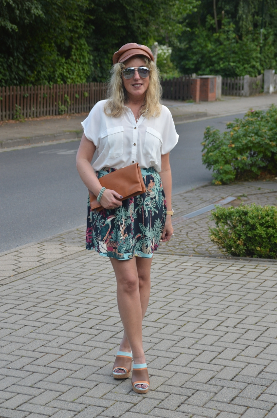 Weiße Bluse zum bunten Sommerrock kombiniert