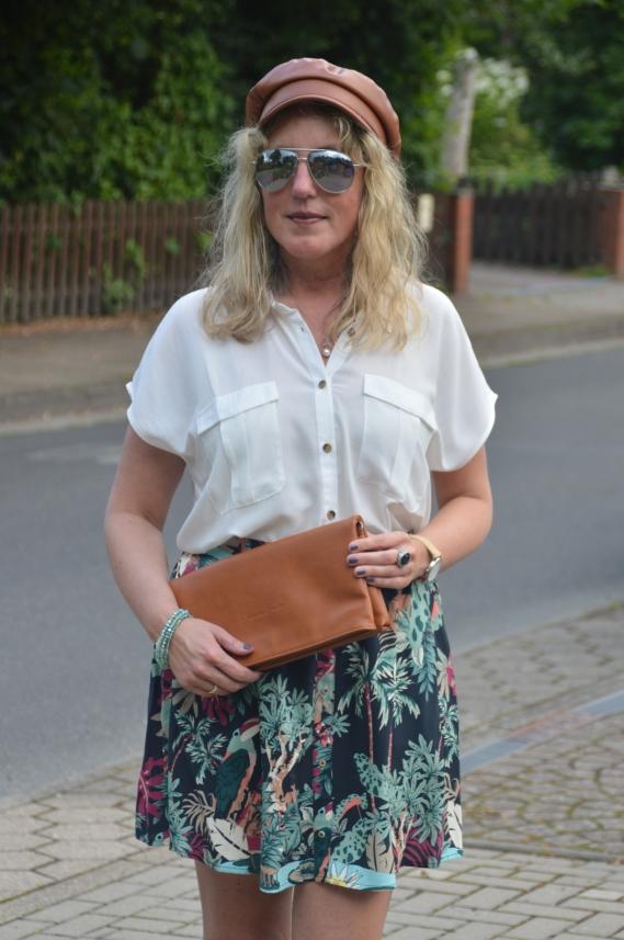 Weiße Bluse zum bunten Sommerrock