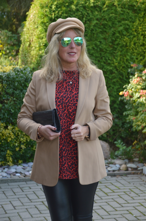 Ü40 Style mit Leo-Bluse, Blazer und Lederimitat-Hose