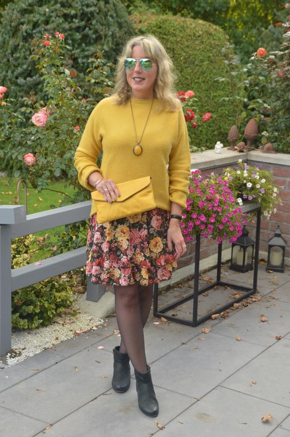 Herbst-Trendfarbe Senfgelb mit Ü40 kombinieren
