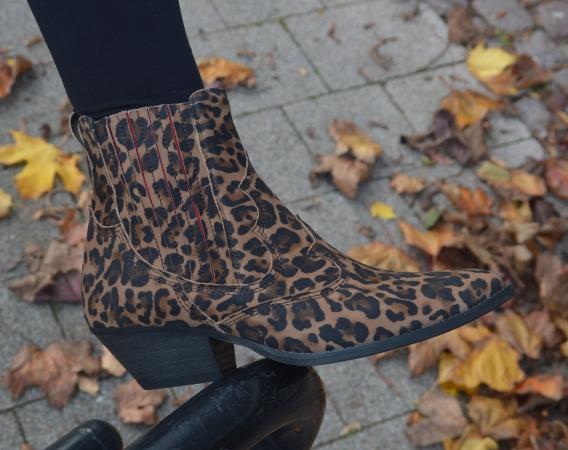 Stiefeletten mit dem Leoparden-Muster