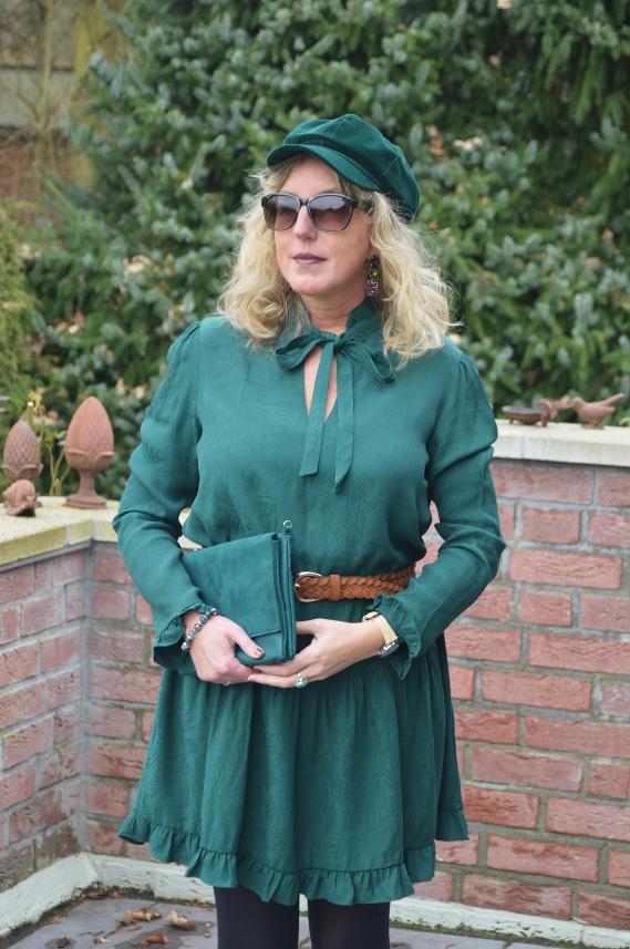 grünes kleid mit rüschen
