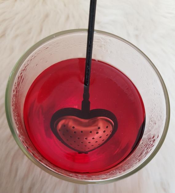 Dieses süße Teesieb in Herzform ist in der romantischen Kollektion erhältlich.