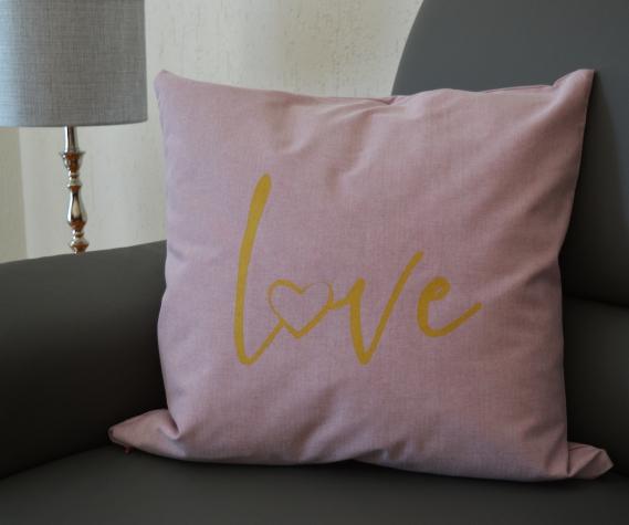 Den roséfarbenen Deko-Wendekissenbezug mit dem goldenen Schrift Love bekommt Ihr ebenfalls bei Tchibo.