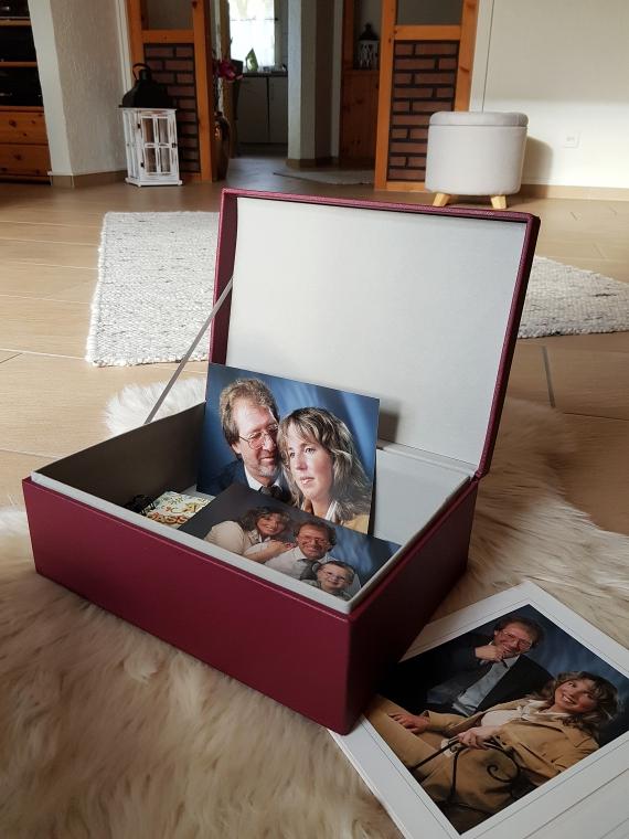 Die bordeauxrote Erinnerungsbox mit dem goldfarbenen Schriftzug Love passt perfekt zur aktuellen Themenwelt Zurück auf Wolke sieben.