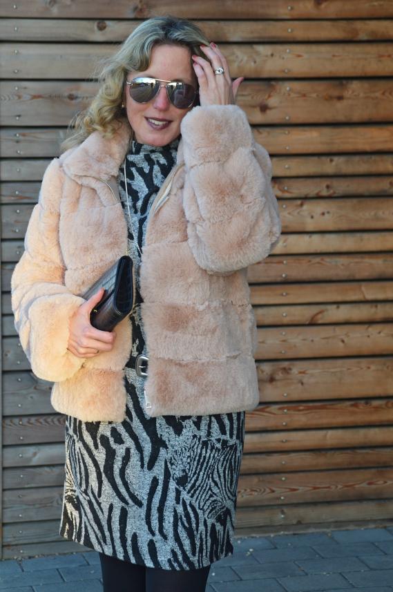 Rosa Fellimitat-Jacke zum Kleid mit Zebramuster kombiniert