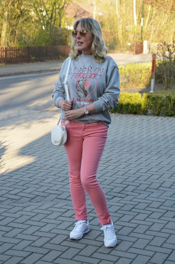 Die Kombi mit dem hellgrauen Leoparden Sweatshirt ist ganz neu.
