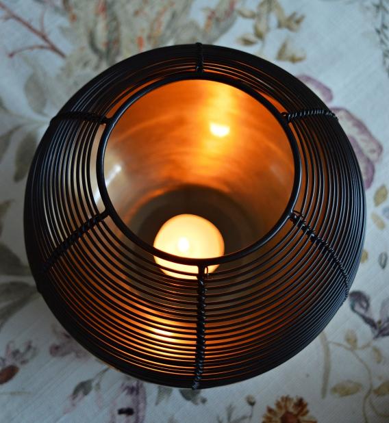 Das Tchibo Windlicht sorgt für eine gemütliche Atmosphäre.