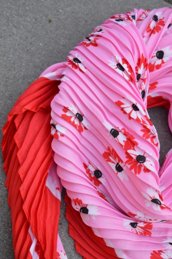 Dieses farbenfrohe Halstuch von Tchibo peppt einfach jedes Outfit auf.
