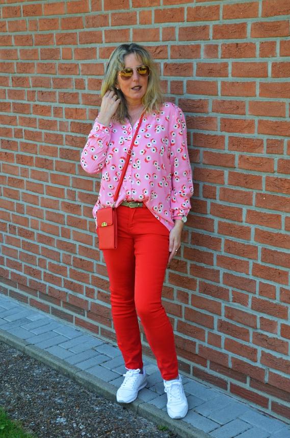 Ein farbenfrohes Outfit kann definitiv dazu beitragen, die Stimmung zu heben.
