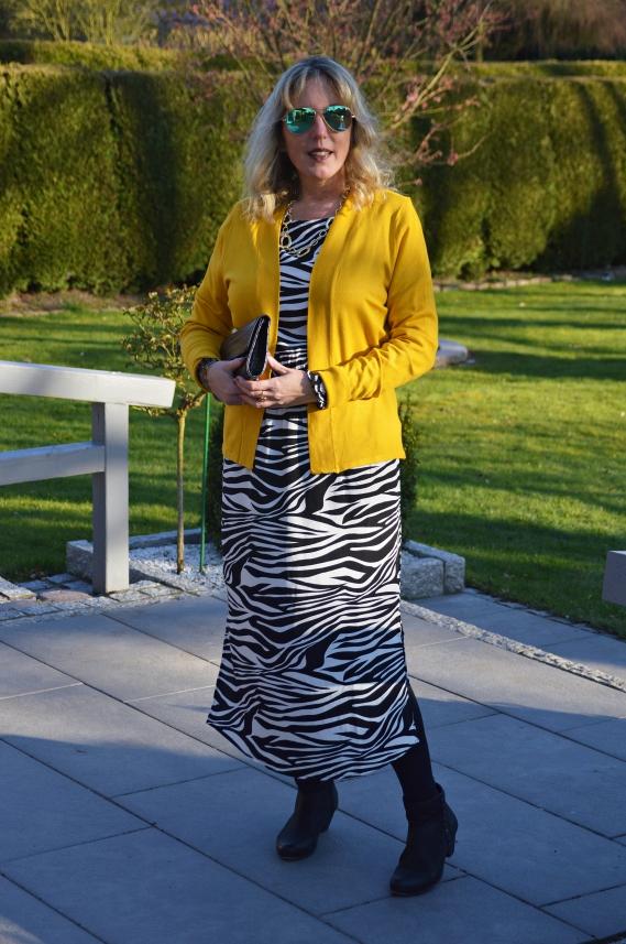 Die offene Feinstrickjacke von Tchibo passt hervorragend zu dem Zebra-Kleid.