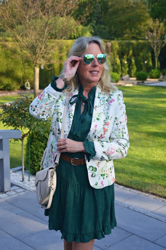 Grünes Herbstkleid frühlingshaft gestylt