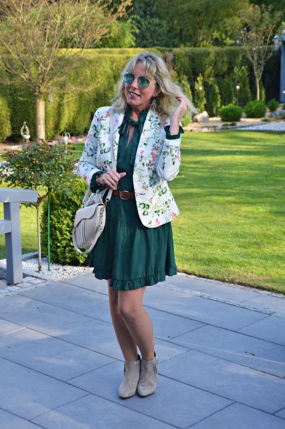 Mein grünes Herbstkleid habe ich vor ein paar Tagen frühlingshaft gestylt
