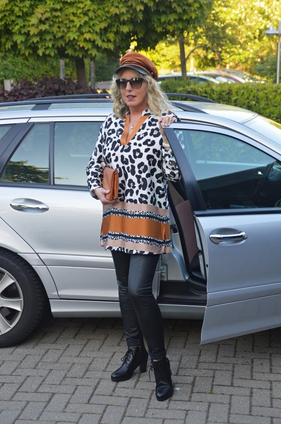 Das Modeunternehmen vertreibt mit der Marke ETERNA hochwertige Damenblusen und Herrenhemden