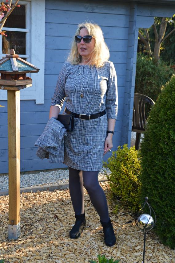 as karierte Kleid sowie der passende Karoblazer stammen aus der aktuellen Adler Kollektion