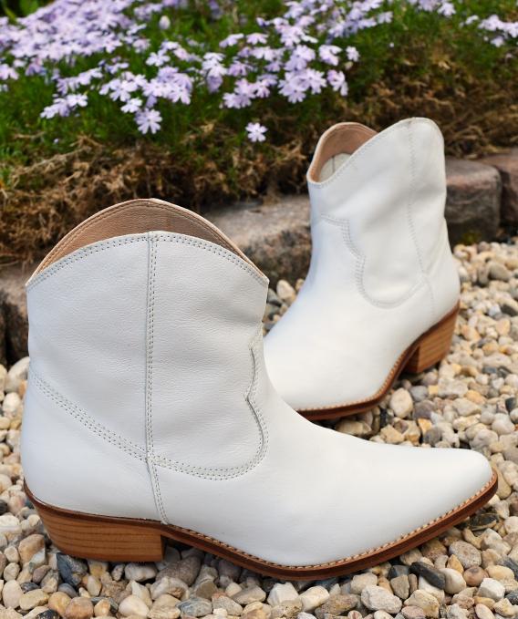 weiße Stiefel und Stiefeletten mit dem leichten Gewerbe verbinden