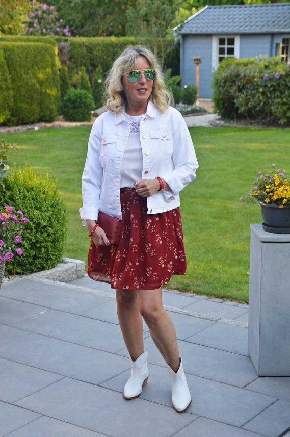 Weiße Jeansjacke, roter Minirock & weiße Stiefeletten