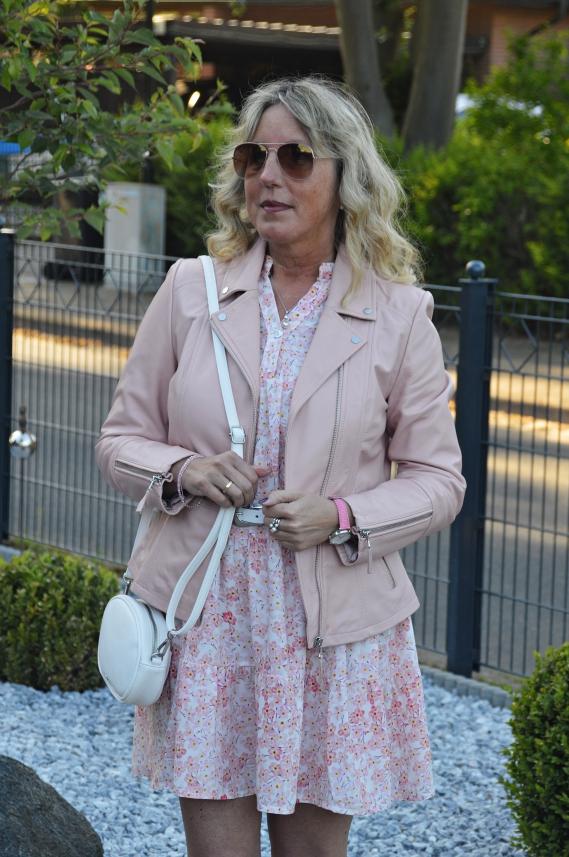 Rosa Bikerjacke zum Tunika-Kleid kombiniert