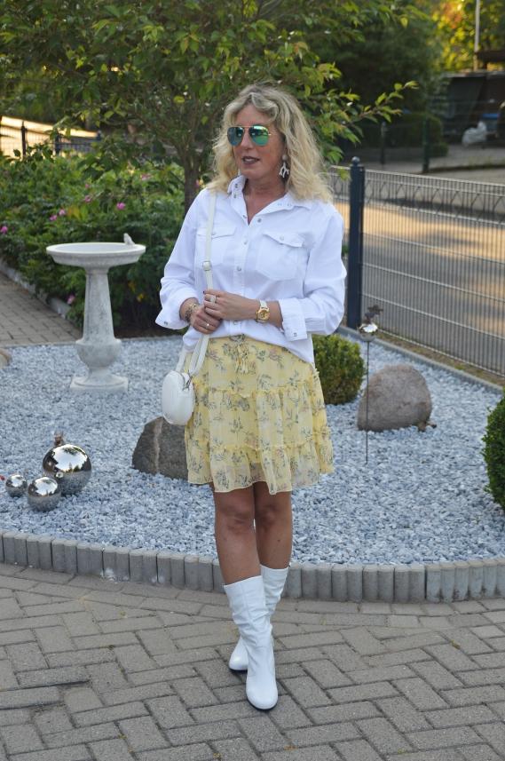 Weiße Jeansbluse zum gelben Minirock kombiniert