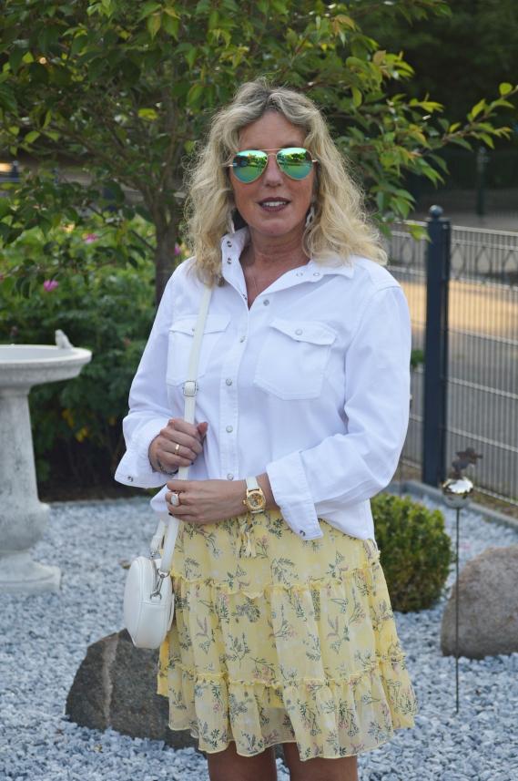 Die weiße Jeansbluse bestellte ich kürzlich im H&M Onlineshop.