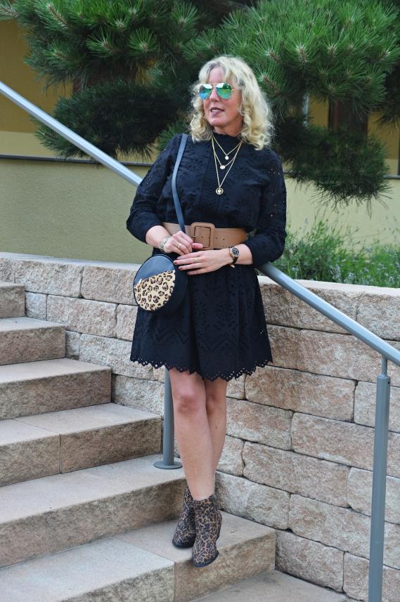 Das schwarze Kleid von Vero Moda stammt von Outfits24.de