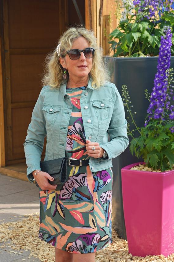 Street One Kleid mit Blumenmuster & Jeansjacke