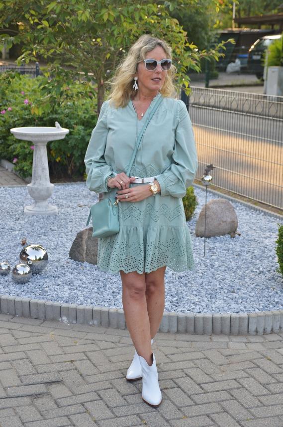 Vero Moda Kleid mit Lochstickerei in Mint