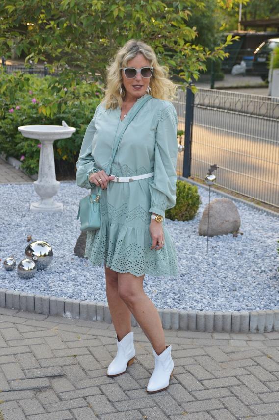 Gerade bei sommerlichen Outfits passt die Lochstickerei doch perfekt