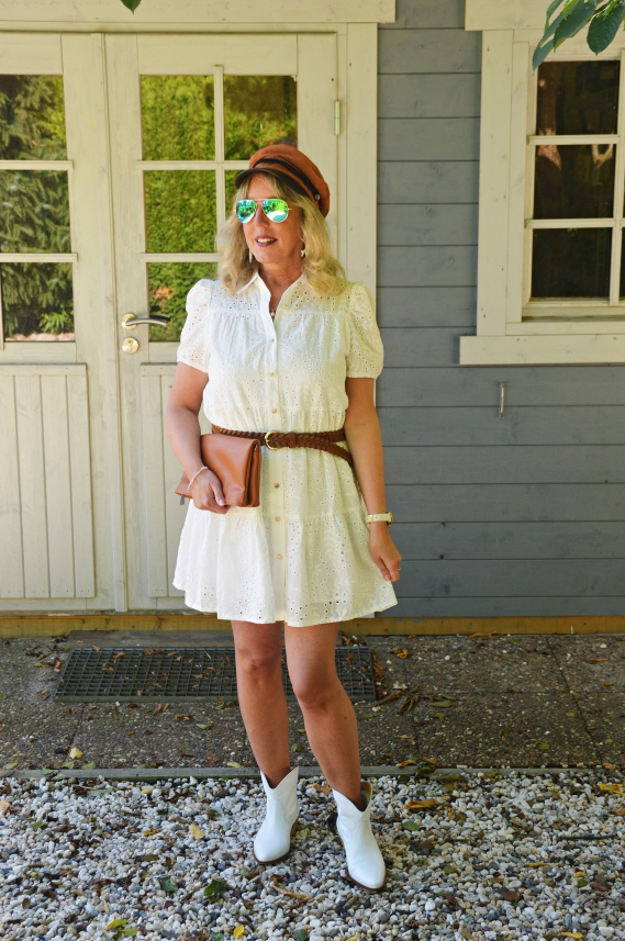Weißes Sommerkleid mit Lochstickerei