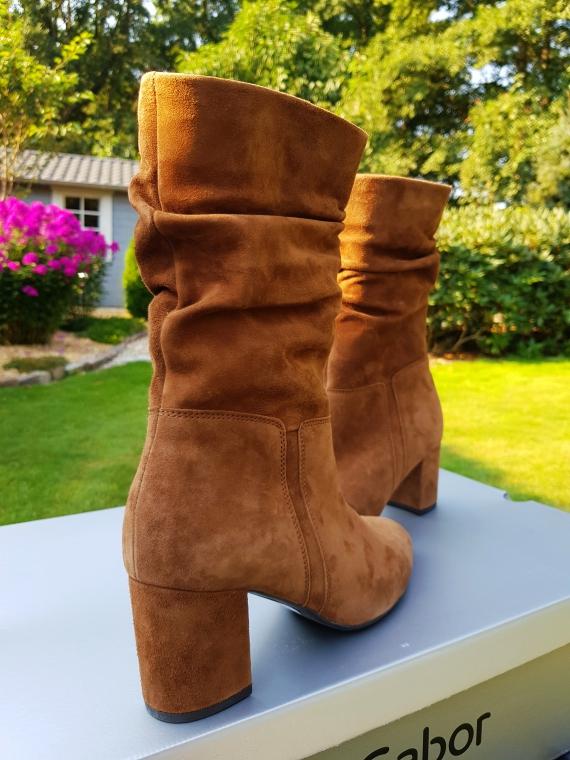 Zu einem großen Schuhtrend in diesem Herbst gehören Stiefel mit Raffung