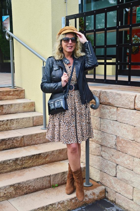 Mit Freude habe ich meine schwarze Bikerjacke zu meinem neuen Kleid von Mango kombiniert.