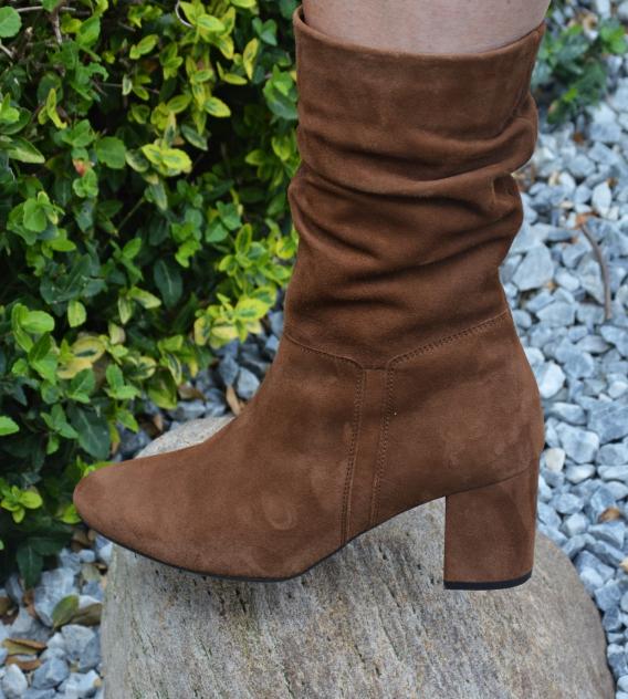 ch trage die braunen Stiefel aus Veloursleder von Schuhe24.de unwahrscheinlich gerne.