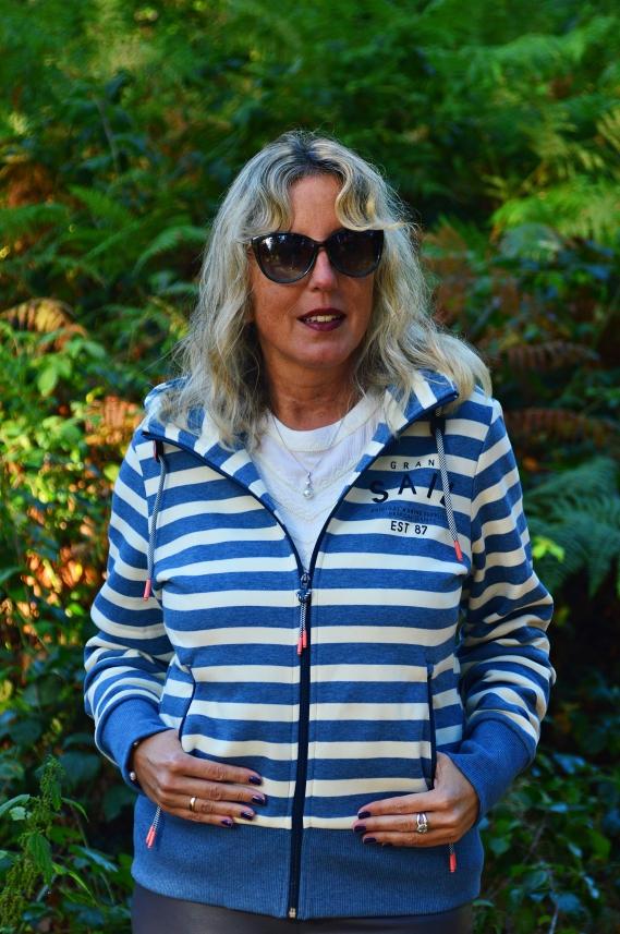 Diese blau-weiß gestreifte Sweatjacke mit Kapuze bekommt Ihr aktuell bei Tchibo