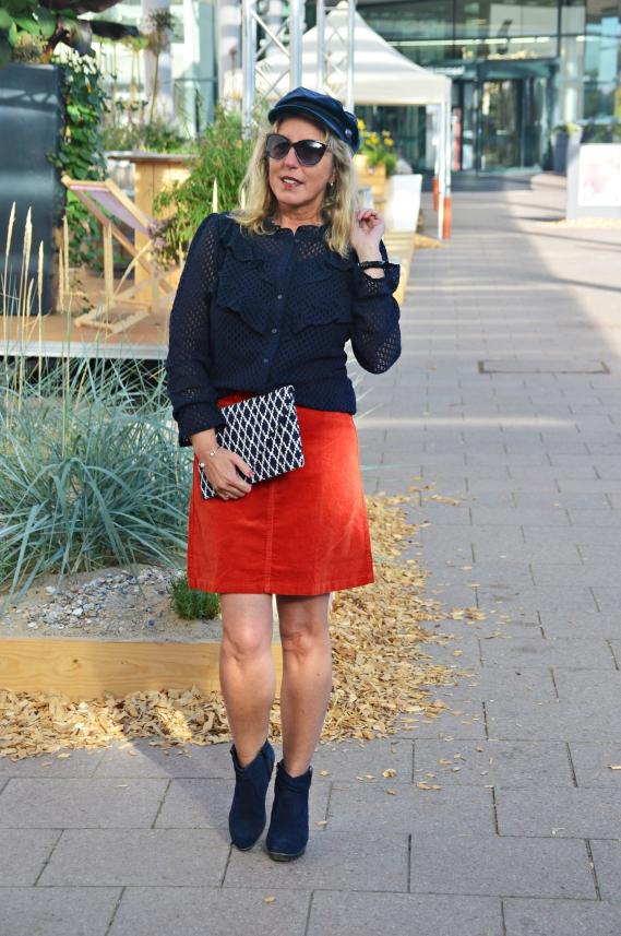 Für Pariser Flair sorgt definitiv diese chice dunkelblaue Bluse in Häkeloptik