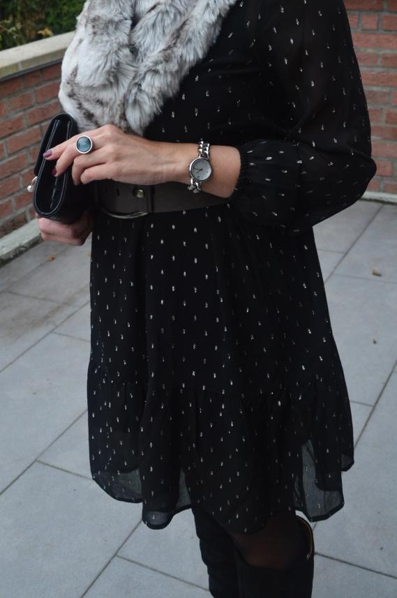 as festliche Kleid in Schwarz mit silberglänzendem Garn gibt es aktuell bei Tchibo