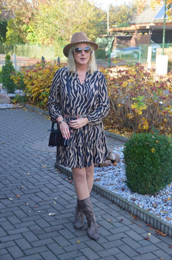 Ich freue mich, dass meine gerafften Stiefel von Gabor farblich so gut zu meinem Kleid passen