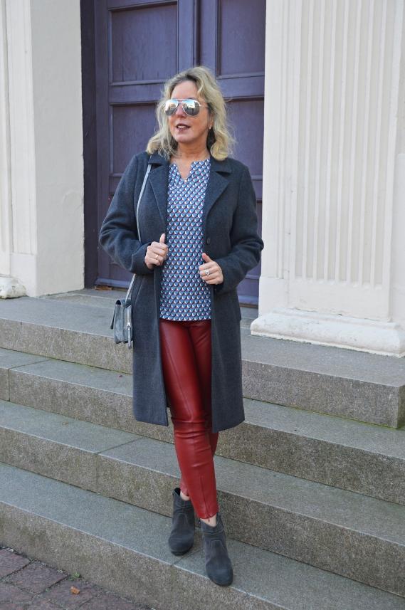 Weil sich im Muster die Farbe Rot befindet, entschied ich für meine rote Lederimitat-Hose
