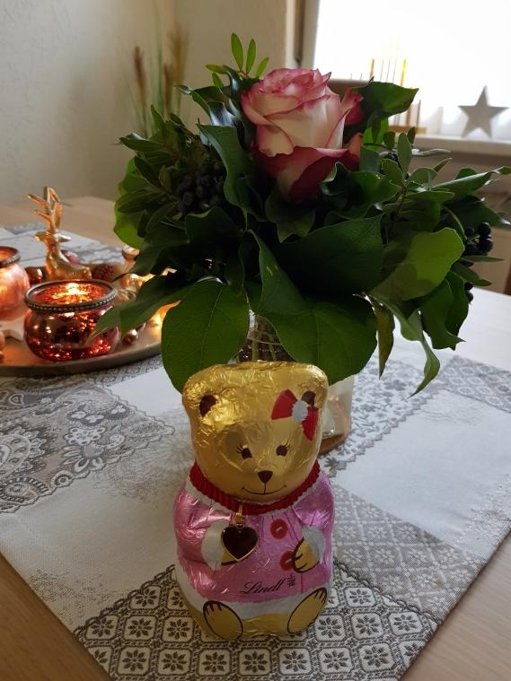 Mit dem hübschen Blumenstrauß und dem süßen Lindt Bärchen überraschte mich in dieser Woche meine Freundin.