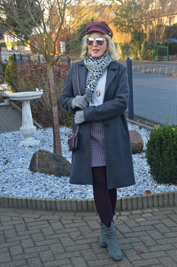 Vollständiger Winterlook mit Mantel und Schal