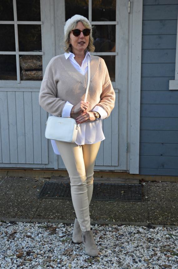 ü40 Layering Look mit weißer Bluse und Pullover