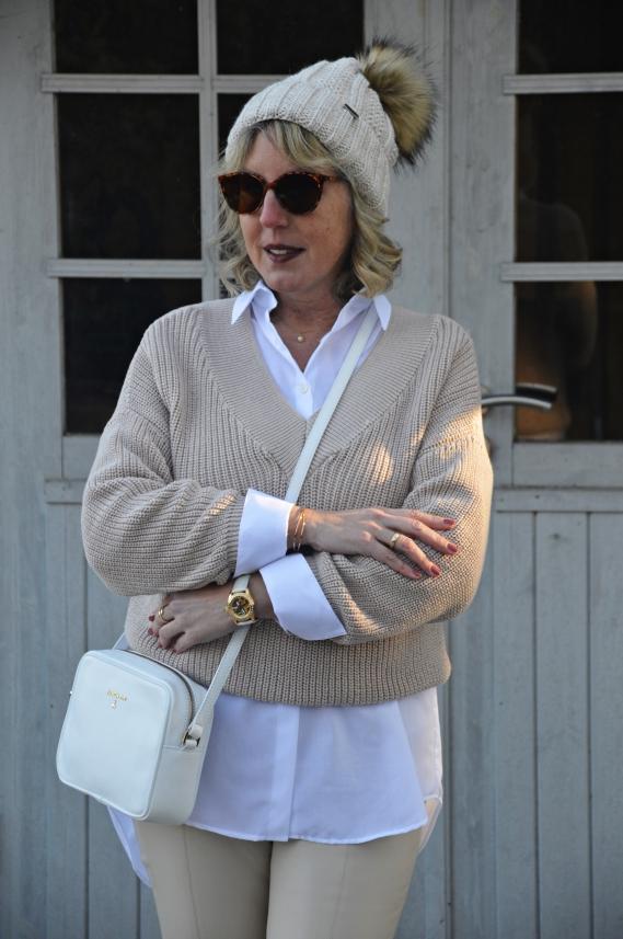 Layering Look mit weißer Bluse und Pullover
