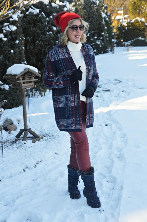Schneeboots zur roten Lederimitat-Hose