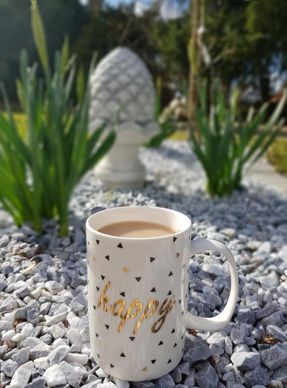 Ich gehe zu gerne mit einem Becher Kaffee durch unseren Garten