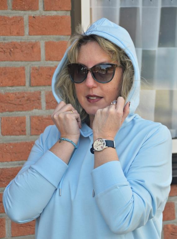 Den hellblauen Hoodie bekommt Ihr wie auch die schwarze Leggings mit einem hellblauen Seitenstreifen aktuell bei Tchibo
