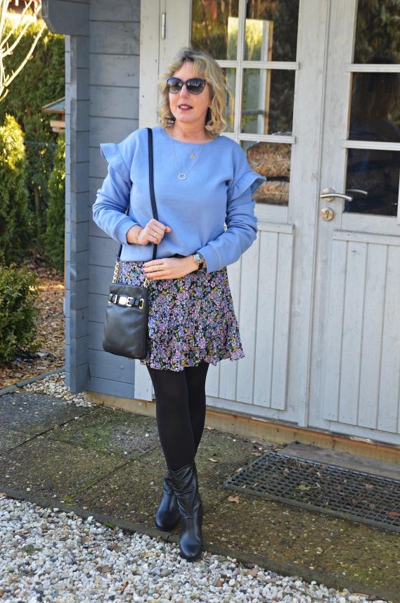 Das blaue Sweatshirt mit den Rüschen bestellte ich kürzlich bei Orsay.