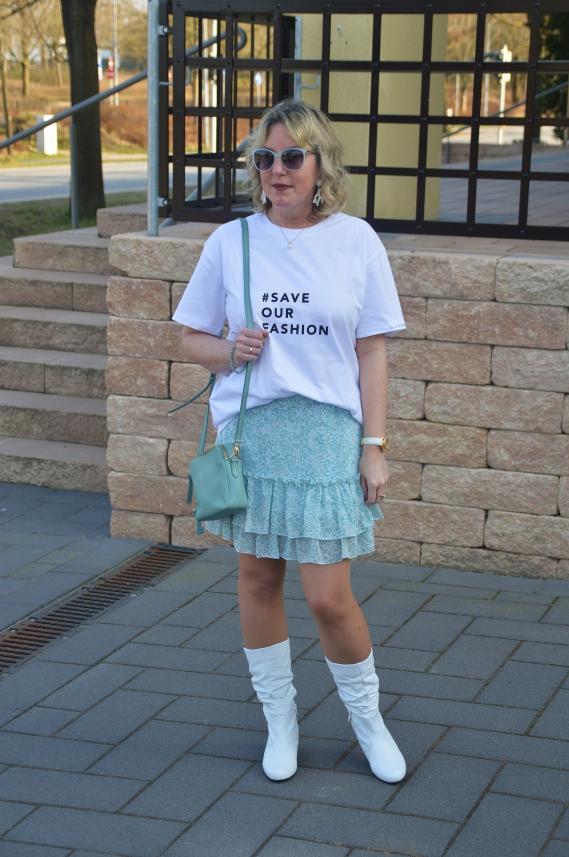 Zu dem weißen Statement Shirt und der mintfarbenen Strickjacke passt mein geblümter Rock mit Rüschen von Trag´s mit Fassung perfekt