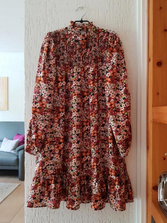 Neues Blumenkleid mit Puffärmeln von Vero Moda