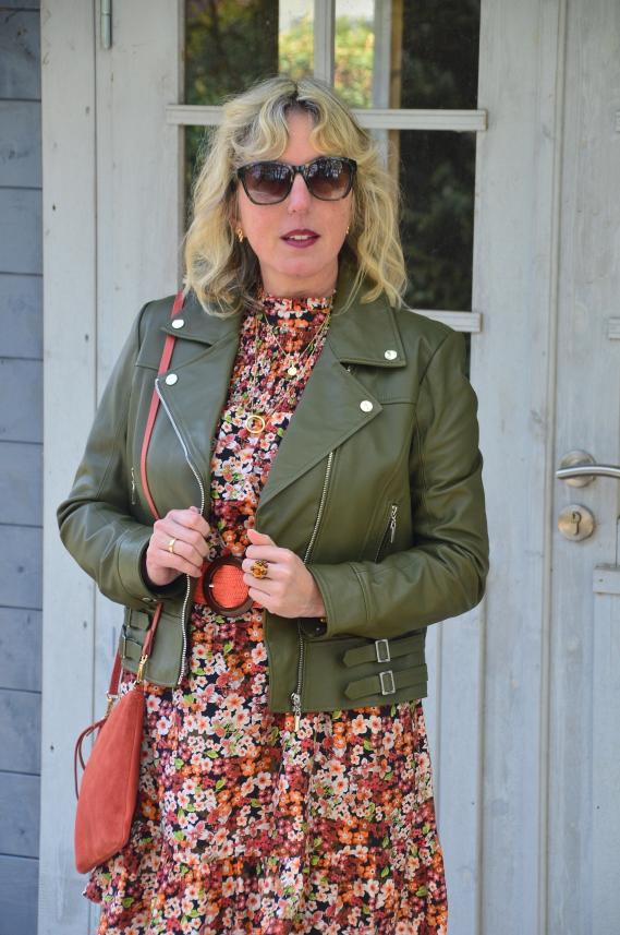Eine Lederjacke trage ich nebenbei zu den verspielten Kleidern und Röcken sehr gerne